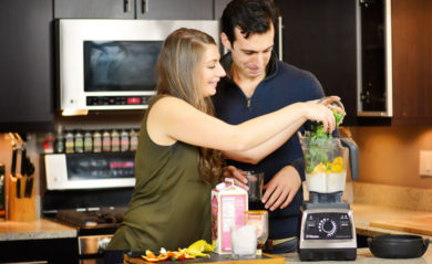 Shalva and Lenny of Life is NOYOKE use their Vitamix grocery list to make a green smoothie.